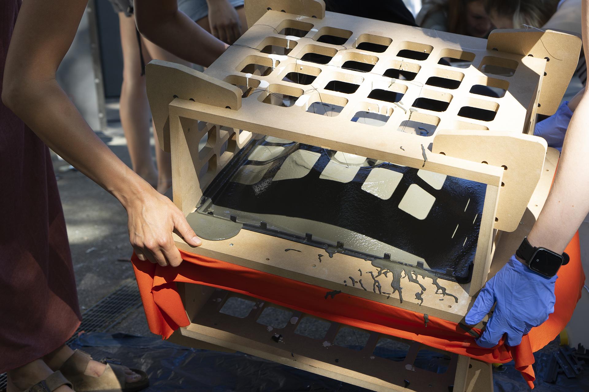 Verteilen des Beton auf der textilen Schalung im Test-Frame