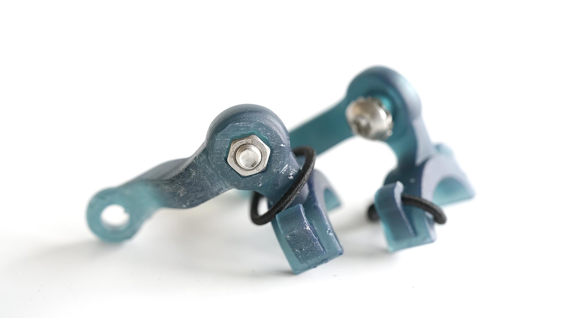 Bauteile gedruckt in türkisem schlagzähem Funkionsharz mit vormontierten Normalien