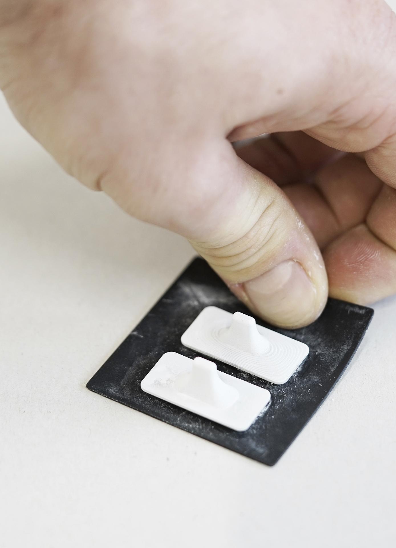 Erste vollständig gelungene 3D-Keramikdrucke, kleine flache Rechtecksform mit aufgesetztem Griffstück