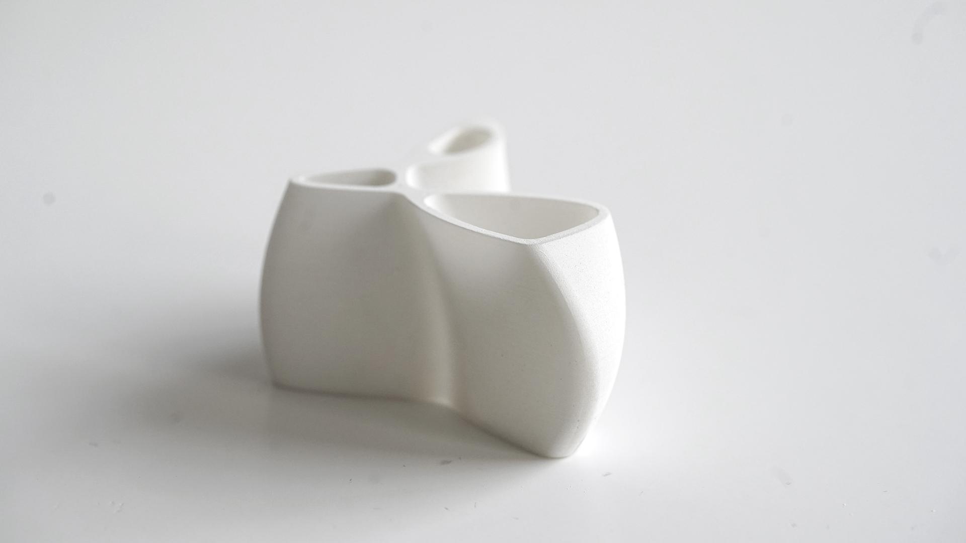Trischnaps - Gebranntes Schapsgefäß aus Keramikharz, ondulierende Form mit drei unterschiedlichen Öffnungen