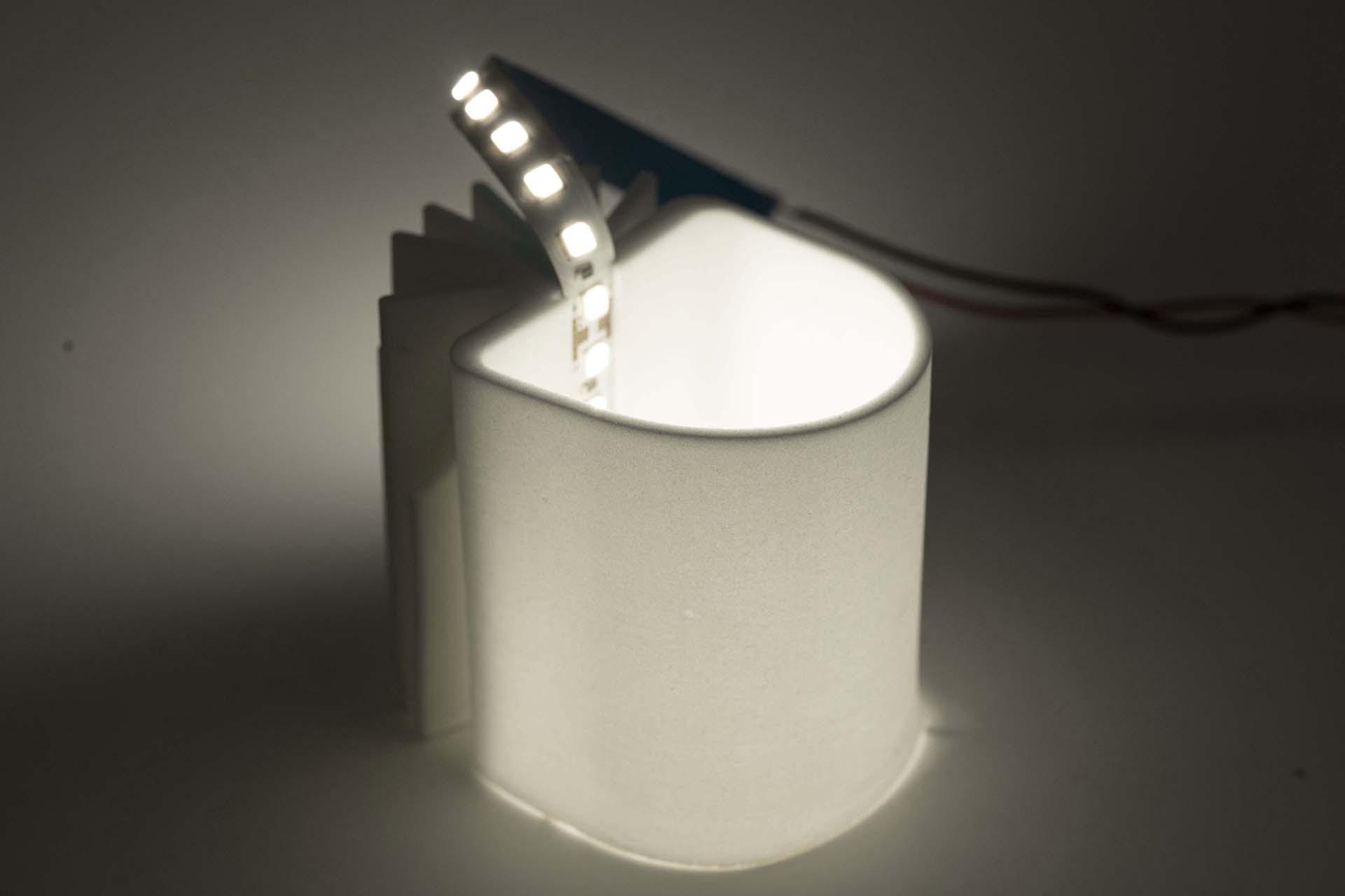 Gebrannter Kühlkörper mit innenliegender LED, hinterleuchtet, Ansicht von vorne