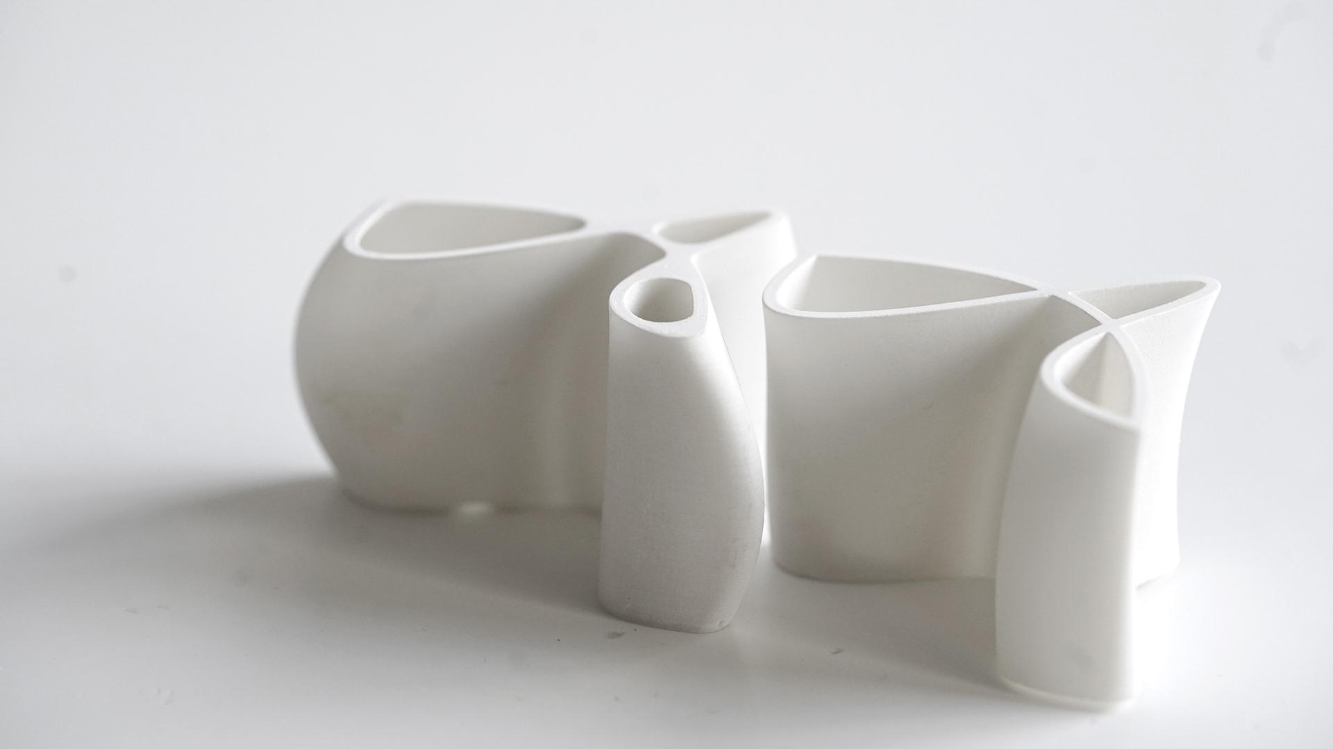 Zwei gedruckte und gebrannte Schnapsgefäße zeigen Varianten aus verschiedenen Parametrischen Sets