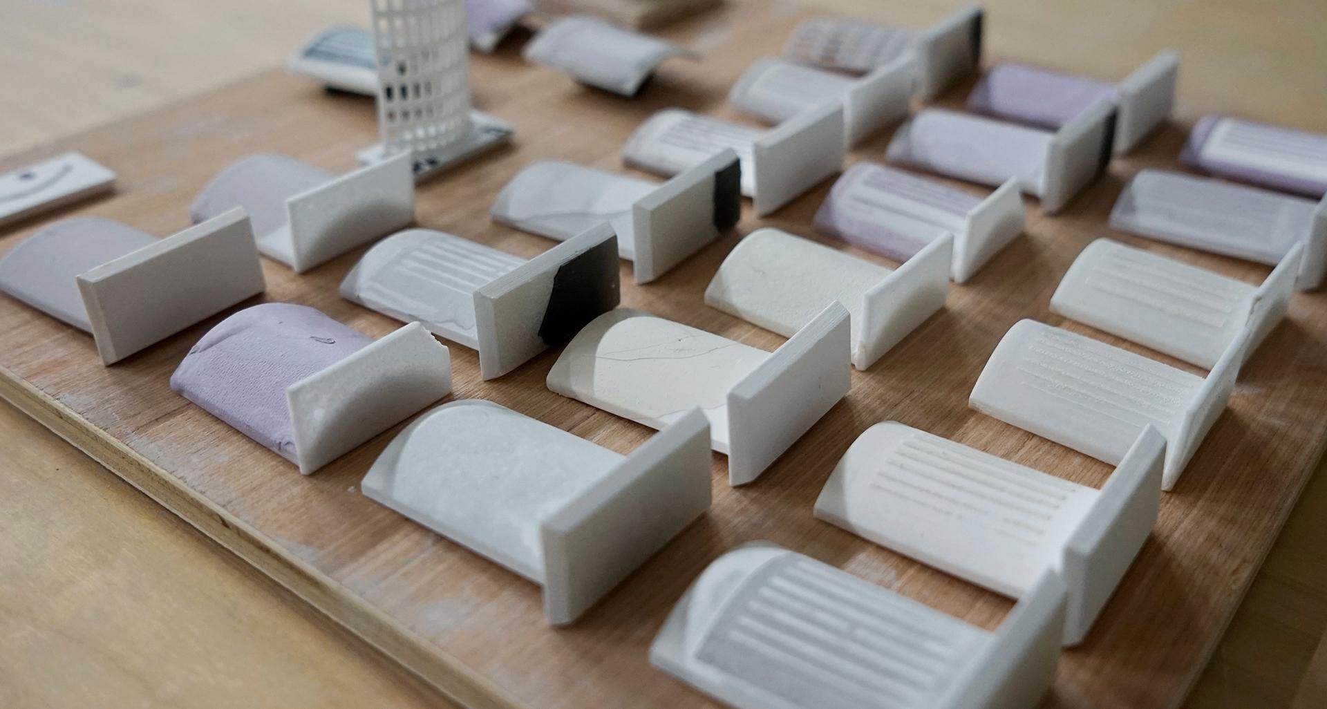 Serie von glasierten und gebrannten 3d-gedruckten Probekörpern aus Keramikmaterial