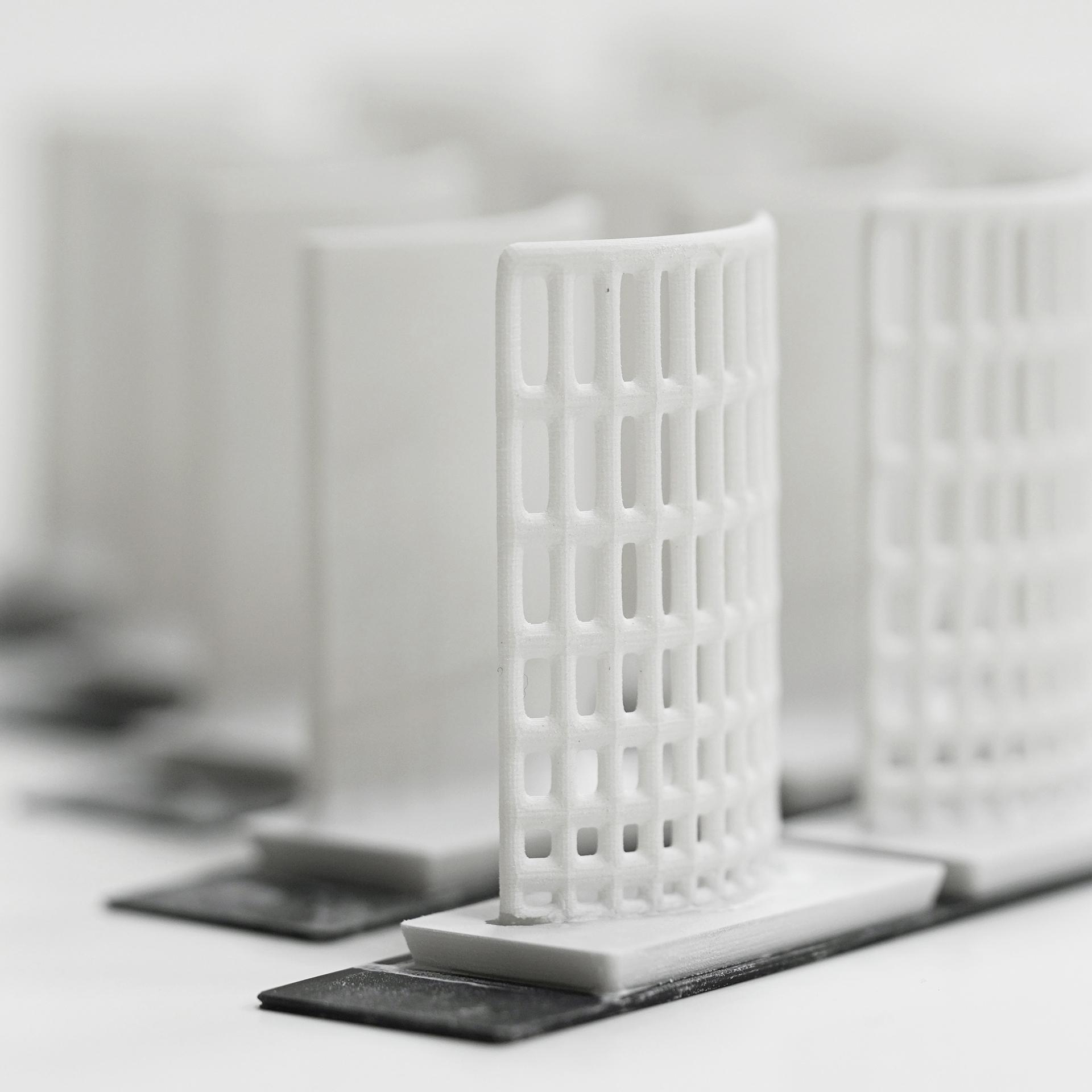 Closeup einer Serie typischer Probekörper für Glasurtests, aufrechtstehende leicht gekrümmte längliche Scheiben, teilweise mit Perforation