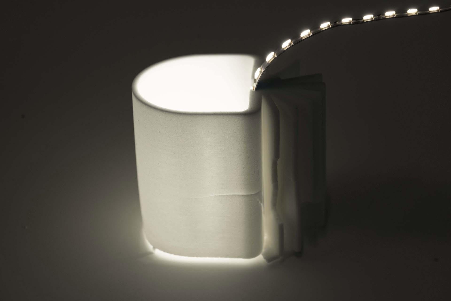 Gebrannter Kühlkörper mit innenliegender LED, hinterleuchtet, Ansicht seitlich