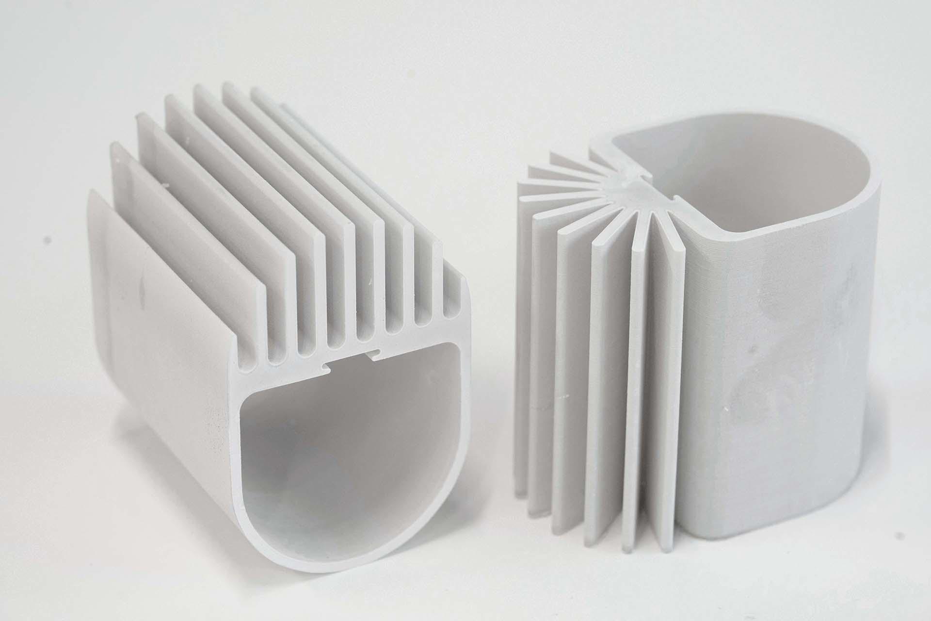 Versuch Leuchtenkühler aus Keramik im 3D-Druck Verfahren herzustellen, zwei hohl Profilquerschnitte mit Kühlrippen