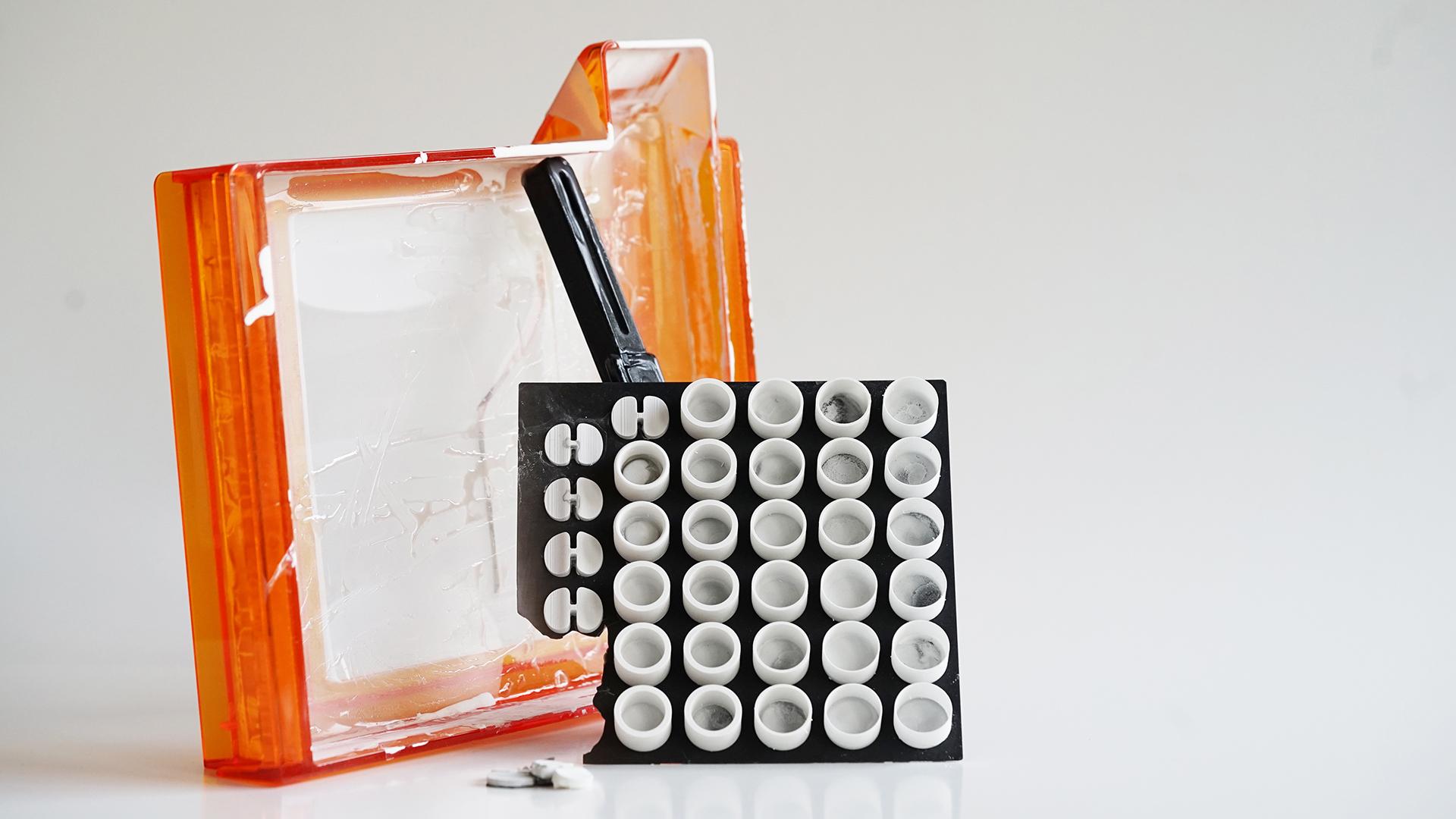 Defekte Wanne des Form2-Druckers und Probedrucke Keramik zu Wandstärken