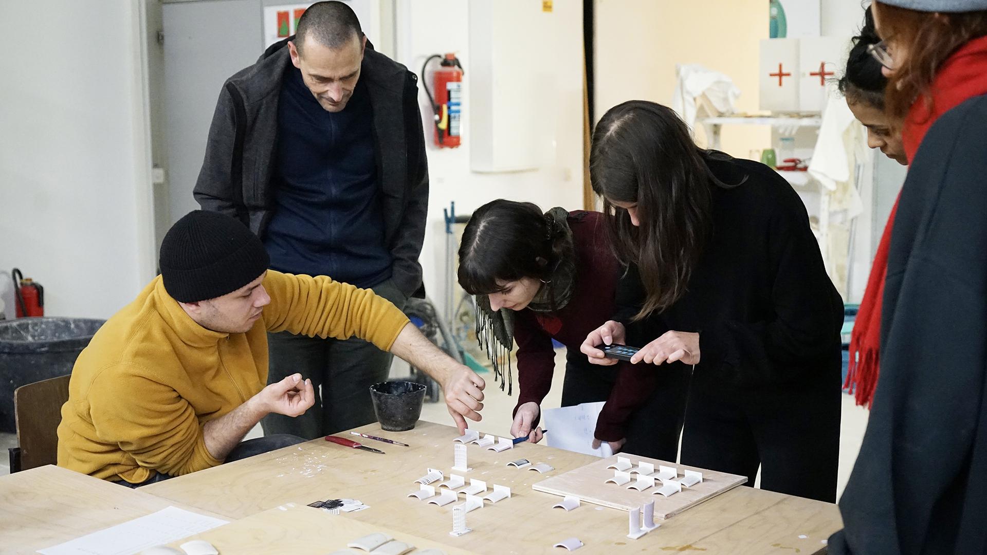 Seminarteilnehmer bei der Begutachtung der Glasurtests in der Keramikwerkstatt der Kunsthochschule Kassel