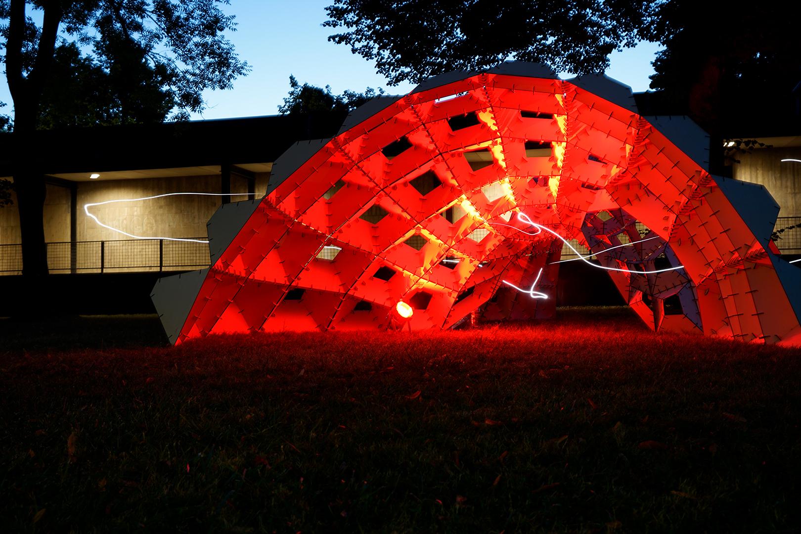 Innenansicht des rot beleuchteten Pavilions